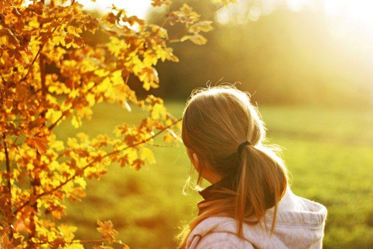 Картинки женщин со спины для аватарки осенью